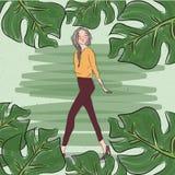 Weibliches Gehen der stilvollen zufälligen Modemädchen-Frau mit Blatt um Grün Stockfotografie