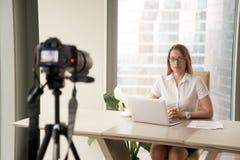 Weibliches Geschäft Blogger-Aufnahme vlog am Arbeitsplatz Stockbilder