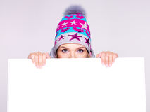 Weibliches Gesicht über der weißen Werbungsfahne am Studio. Lizenzfreie Stockfotografie