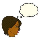 weibliches Gesicht der Karikatur mit verengten Augen mit Gedankenblase Stockfoto