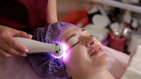 Weibliches Gesicht, Kollagenmaske Maschine für das Hautfestziehen ?sthetische Medizin Laser-Hautverfärbung Frau während stock video footage