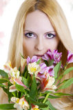 Weibliches Gesicht mit gesunder Haut und Blumen. Lizenzfreie Stockfotografie