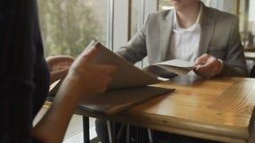 Weibliches Handholding-Restaurantmenü, zum des Auftrages für das Mittagessen auf einer Datierung mit gut aussehendem Mann zu mach stock footage