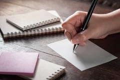 Weibliches Handschreiben auf Papier Stockfotografie