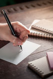 Weibliches Handschreiben auf Papier Stockfoto