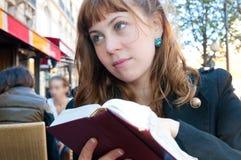 Weibliches im Freienkaffee-Portrait lizenzfreie stockfotos