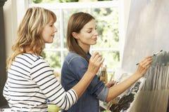 Weibliches Künstler-Teaching Pupil In-Studio Lizenzfreies Stockfoto