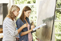Weibliches Künstler-Teaching Pupil In-Studio Lizenzfreie Stockfotos