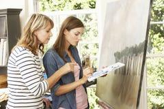 Weibliches Künstler-Teaching Pupil In-Studio Stockbild