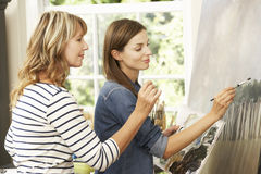 Weibliches Künstler-Teaching Pupil In-Studio Stockfotografie