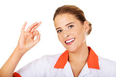 Weibliches Krankenschwester- oder Doktorgestikulieren des Jungelächelns Stockfotos