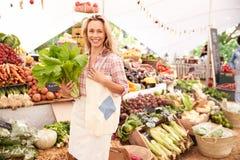 Weibliches Kunden-Einkaufen am Landwirt-Markt-Stall stockfotografie