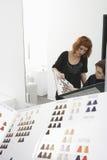 Weibliches Kunden-und Friseur-Looking At Color-Diagramm Lizenzfreie Stockbilder