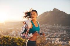 Weibliches Läuferlaufen im Freien in der Natur Lizenzfreie Stockfotografie