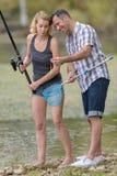 Weibliches Lernen zu fischen lizenzfreie stockfotografie