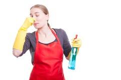 Weibliches Mädchen, das durch aweful Geruch angewidert ist stockfotografie