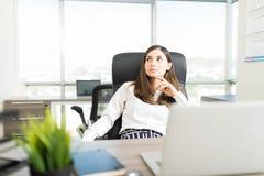 Weibliches Manager-Thinking About Dream-Projekt lizenzfreie stockbilder