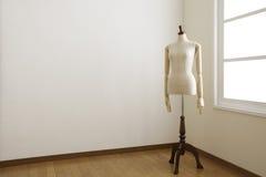 Weibliches Mannequin im weißen Raum. Lizenzfreies Stockfoto