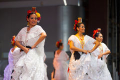 Weibliches mexikanisches Volkstänzer-weißes Kleid schön Lizenzfreie Stockfotos