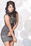 Weibliches Mode-Modell, das mit einem Ballon backgro aufwirft Stockfoto