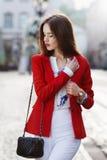 Weibliches Modekonzept Porträt im Freien einer jungen schönen überzeugten Frau, die auf die Straße geht Vorbildliches Tragen stockfotografie