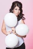 Weibliches Modell, das drei Ballone hält Lizenzfreie Stockfotos