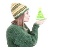 Weibliches Modell, das gestrickte Kleidung und den Hut hält Weihnachten t trägt Stockbilder