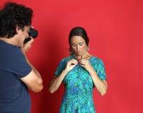 Weibliches Modell, das von einem Fotografen missbraucht wird Lizenzfreie Stockbilder