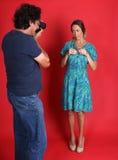 Weibliches Modell, das von einem Fotografen missbraucht wird Stockbild