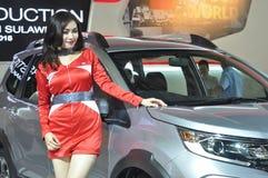 Weibliches Modell in der Automobilshow Lizenzfreie Stockfotos