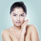 Weibliches Modell der Schönheit mit weicher Haut Lizenzfreie Stockfotos