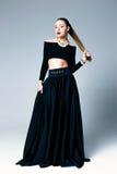 Weibliches Modell in der schwarzen Kleidung Stockfotos