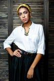 Weibliches Modell des Afroamerikaners mit Blume stockbild