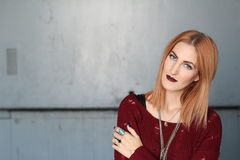 Weibliches Modell des Androgynyingwers in der schicken Art des Heroins mit Kopienraum auf der linken Seite Lizenzfreies Stockfoto