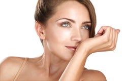 Weibliches Modell des schönen Brunette, das ihr Parfüm riecht Lizenzfreie Stockbilder