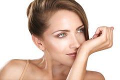 Weibliches Modell des schönen Brunette, das ihr Parfüm riecht Lizenzfreie Stockfotos