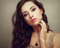 Weibliches Modell des schönen hellen Makes-up mit dem langen gelockten Haar Stockfotos