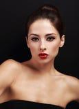 Weibliches Modell des sexy hellen Makes-up mit rotem Lippenstift Stockfoto