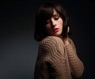 Weibliches Modell des sexy Makes-up, das in der warmen Wollstrickjacke aufwirft Lizenzfreie Stockfotografie