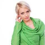 Weibliches Modell im Grün mit dem kurzen Haar Lizenzfreie Stockfotografie