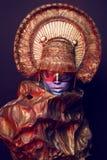 Weibliches Modell im runden Headwear Lizenzfreie Stockbilder
