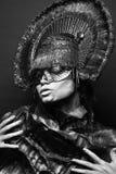 Weibliches Modell im runden Headwear Stockbild