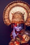 Weibliches Modell im runden Headwear Lizenzfreie Stockfotos