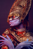Weibliches Modell im runden Headwear Lizenzfreies Stockbild