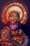 Weibliches Modell im runden Headwear Lizenzfreie Stockfotografie