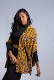 Weibliches Modell lehnt ihre Arme zu einer Seite Brasilianisches tragendes yello Lizenzfreie Stockfotografie
