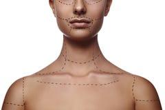 Weibliches Modell mit ausgestrichener Linie auf Körper und Gesicht Stockfotos