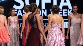 Weibliches Modelllächeln Sofia Fashion Weeks stock video