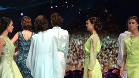 Weibliches Modelllächeln Sofia Fashion Weeks stock video footage