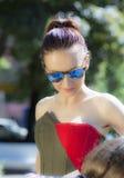 Weibliches Nahaufnahmeporträt auf der Straße Stockfoto